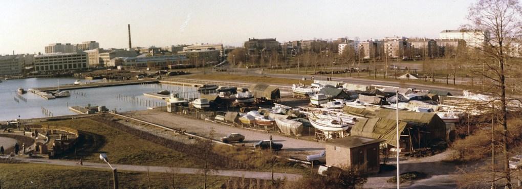Panoraama Pajalahdesta 1980 (BW SMK). Sindbadin satamaa vasta rakennetaan