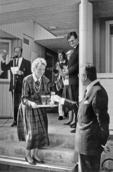 Pohjoisranna klubitalon vihkiäiset 1987 kaupunginjohtaja Raimo Ilaskivi saa lasin (SMK)