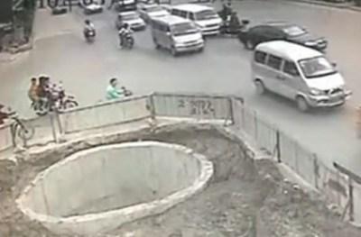 Razi cu lacrimi: Cate accidente poti face cu scuterul in 30 de secunde (video)