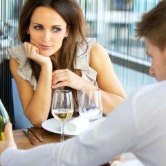 Cine plăteşte la prima întâlnire?