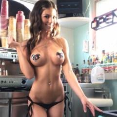 FOTO Cafeneaua XXX! Chelnerițele te servesc în sânii goi și-n bikini