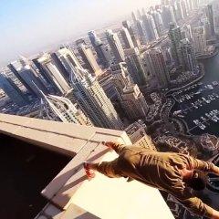 VIDEO Unii oameni ar face orice pentru adrenalină. Imaginile sunt greu de privit