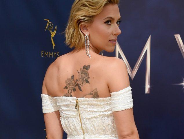 Premios Emmy Scarlett Johansson Descubre Un Gran Tatuaje En Su