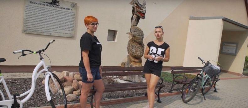 Rowerem PrzezOpolskie - wizyta programu promującego turystykę rowerową wSmogorzowie. Prowadząca Diana Bogacz-Kotulak zpanią sołtys Smogorzowa, Wioletą Grzelak.
