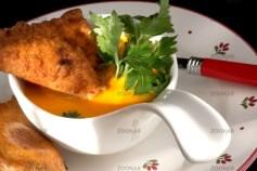 Kürbissuppe mit gefüllten Nudel-Teigtaschen © Liz Collet
