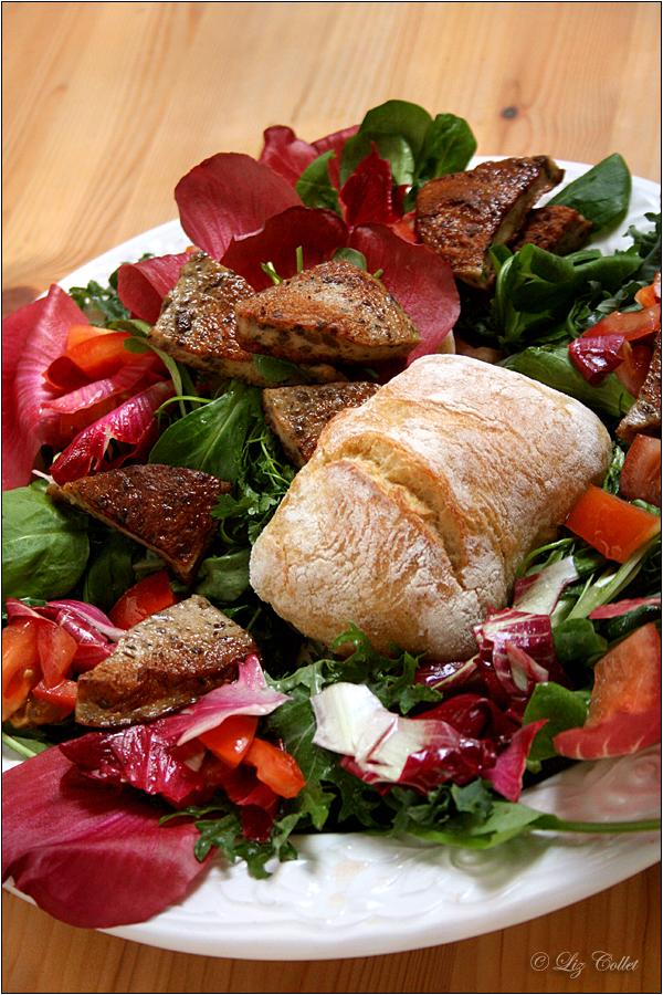 Wildkräutersalat mit Radicchio und Milzwurst © Liz Collet