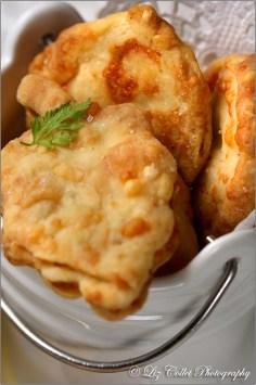 Riesling-Räucheraal-Suppe mit feinen Wurzelgemüsen und Wein-Käse-Gebäck © Liz Collet