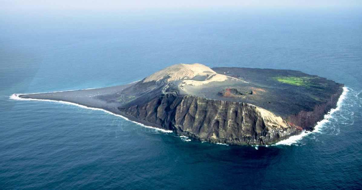 Молодой необитаемый остров Суртсей