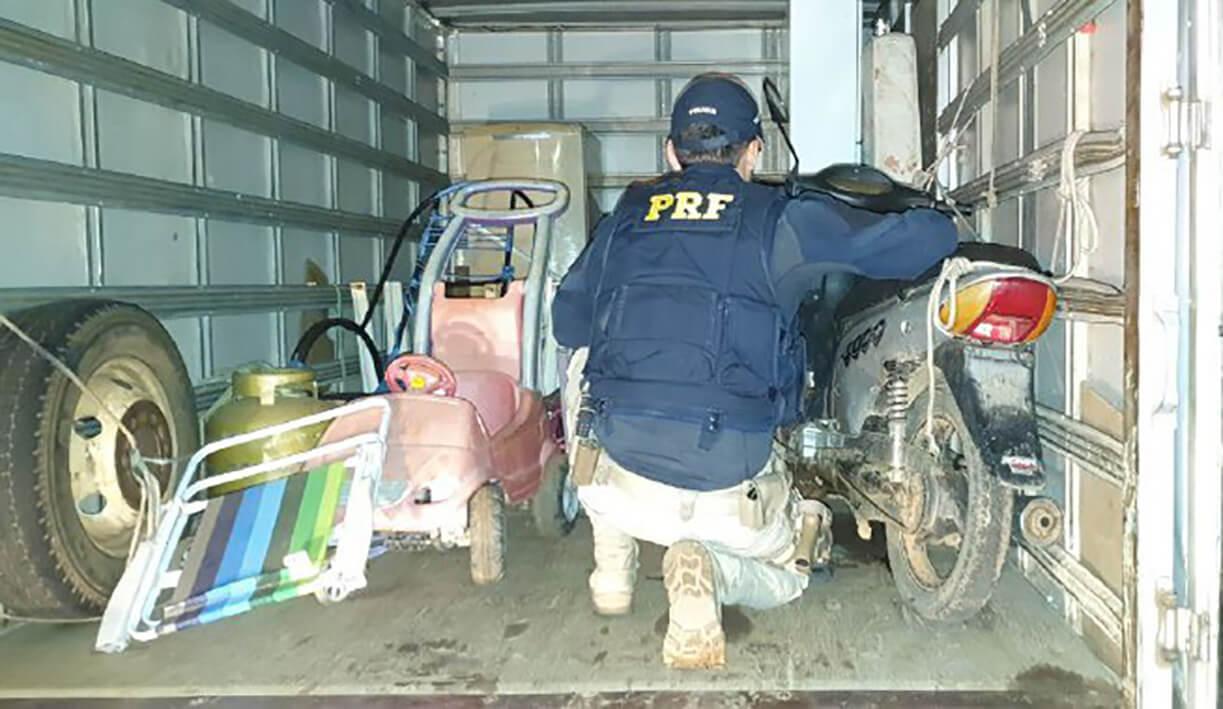 Polícia Rodoviária Federal encontra moto com registro de furto no interior de um caminhão em Gurupi/TO