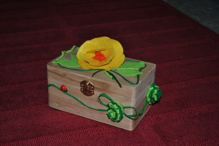 scatola di legno decorata in panno lenci e perline