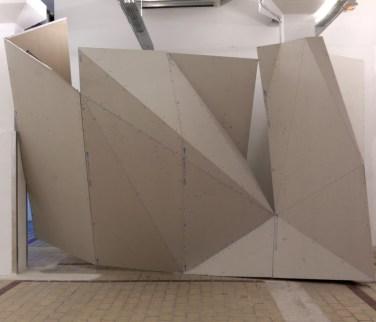 Untitled. 2012, plasterboard, metal crosstie / Sans titre. 2012, placoplâtre, traverses métalliques