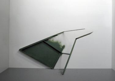 Second scream. 2009, rail, lightweight board, plastic, 140 x 150 x 70 cm / Second scream. 2009, rail, panneau alvéolaire , plastique, 140 x 150 x 70 cm