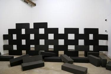 PERRINE LACROIX Mur écroulé. 2012, 55 foam bricks, 50 x 20 x 10 cm / Mur écroulé. 2012, 55 briques de mousse, 50 x 20 x 10 cm