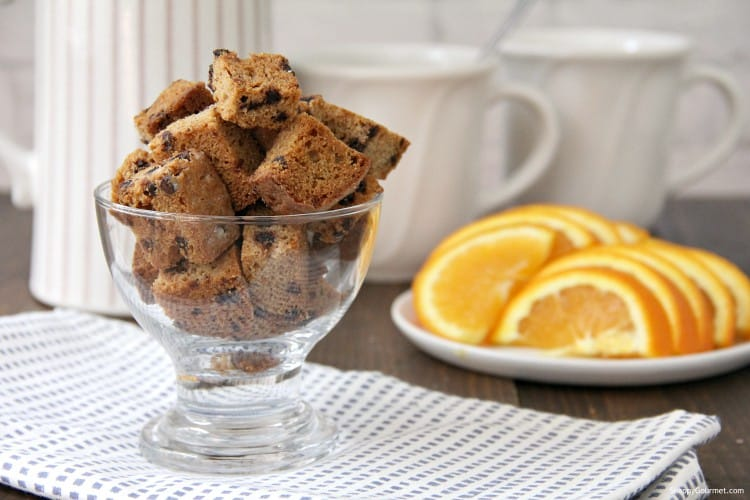 cannoli croutons in glass bowl and orange slices