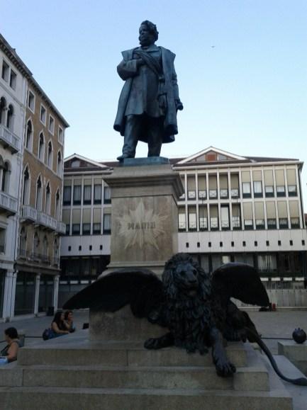 san_manin_statue