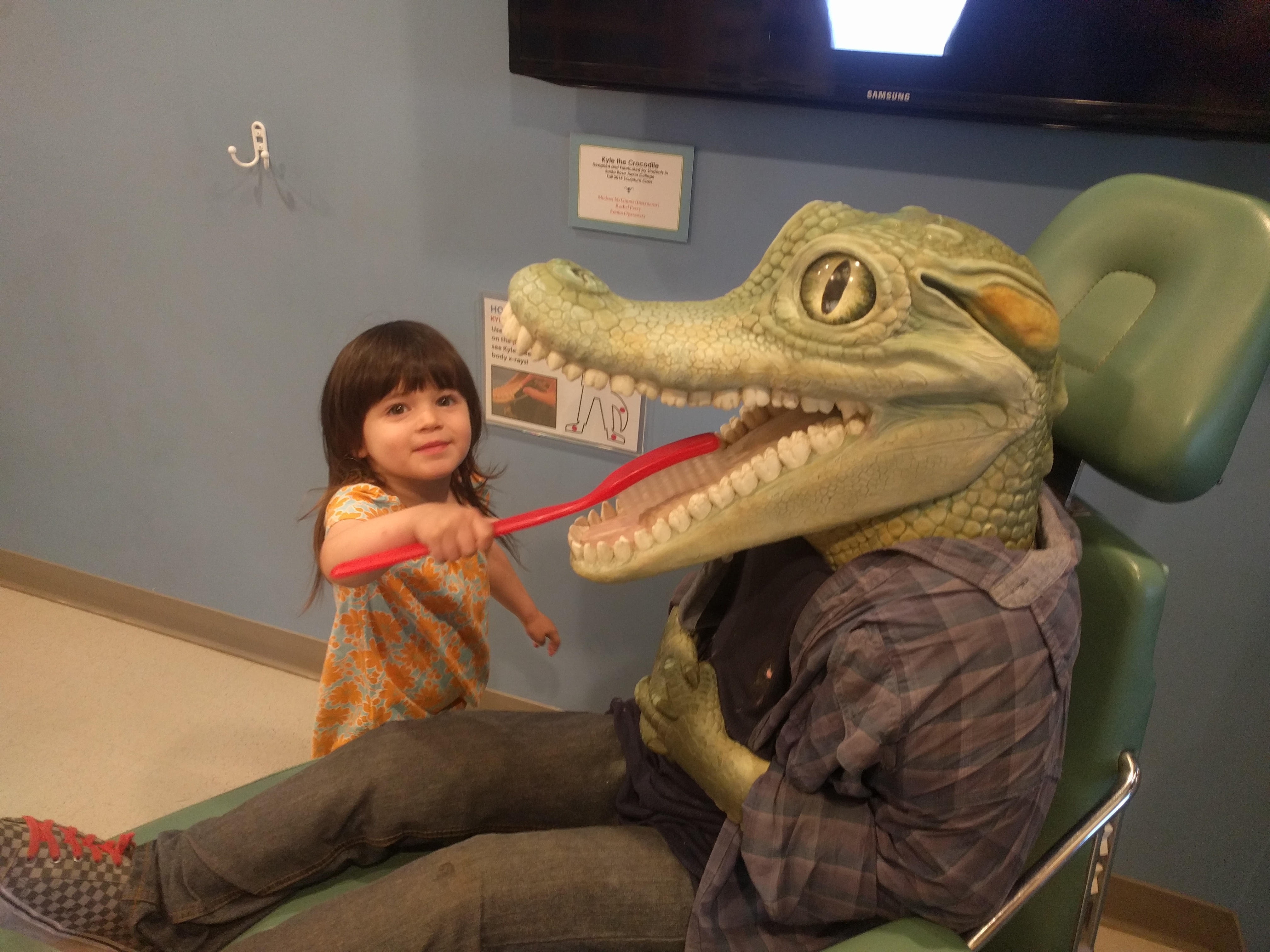 santa_rosa_childrens_museum_brushing_alligator_teeth