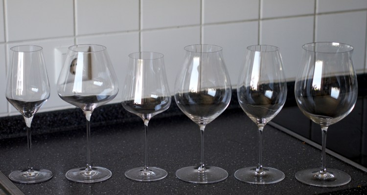 Six wine glasses of different shapes and saizes