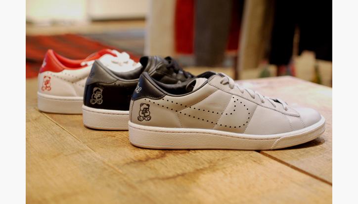 "Photo01 - UNDERCOVER x Nike Zoom Tennis Classic ""Rebel Bear"""