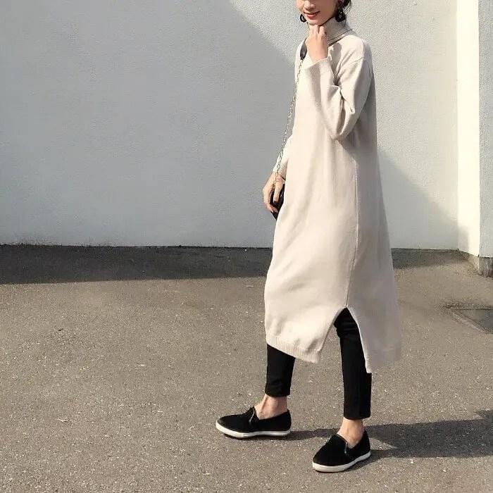 細身の黒スニーカー×ボリュームワンピ×レギンス winter-sneaker-style-black-sneaker-style2