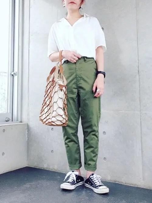 白シャツ×カーキパンツなら夏の爽やかコーデ summer-black-sneaker-styles-2