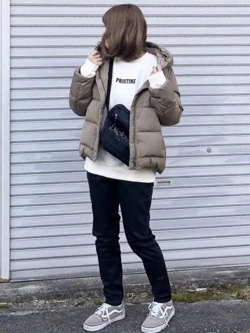 グレーのスニーカー×ショート丈ダウンジャケット down-jacket-styles-for-ladies-sneakers-4