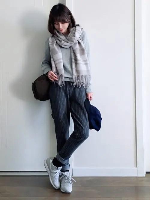 グレーのスニーカー×ストライプ柄のパンツ new-balance-ladies-sneakers-winter-styles-gray-sneaker-with-stripe-pants