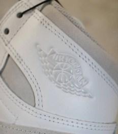 """ナイキ エアジョーダン1 ハイ 85 """"ニュートラルグレー""""-Nike-Air-Jordan-1-High-85-Neutral-Grey-BQ4422-100-2021-side-logo-closeup"""