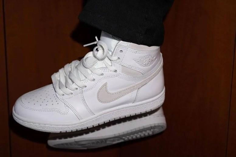 """Nike Air Jordan 1 High '85 """"Neutral Grey"""" / ナイキ エアジョーダン 1 ハイ 85 """"ニュートラルグレー"""" BQ4422-100 side wearing image"""