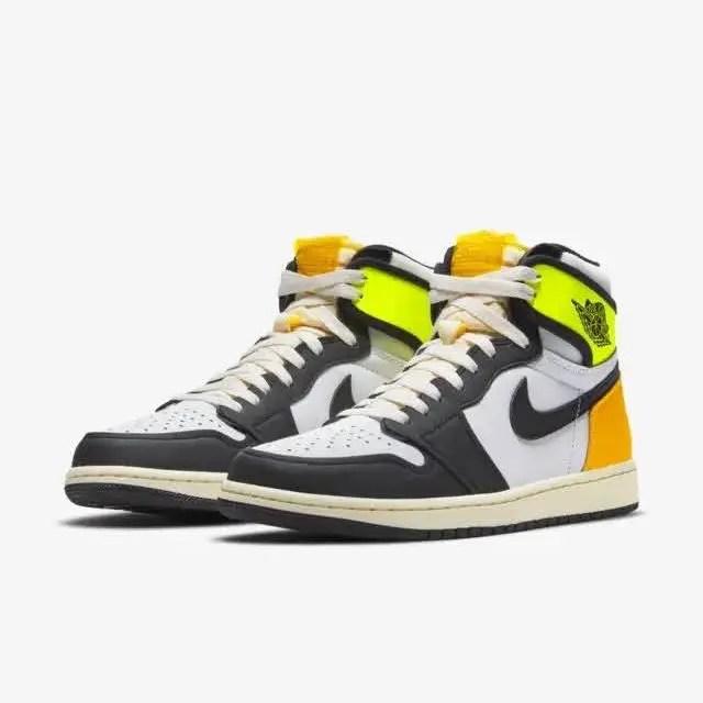 """ナイキ エア ジョーダン 1 レトロ ハイ OG """"ボルト ゴールド"""" Nike-Air-Jordan-1-Retro-High-OG-Volt-Gold-555088-118-pair"""