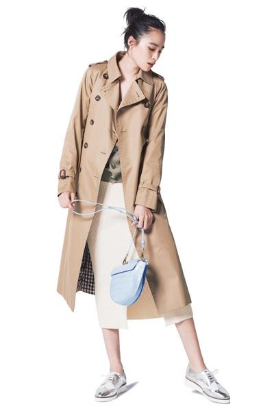 トレンチコート スニーカー コーデ レディース おすすめ 人気 trench coat sneakers outfit women