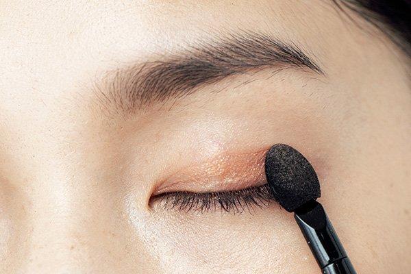 ポイント② 暖色系アイシャドウでナチュラルに mask-makeup-eyemake-warm-color-eyeshadow