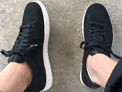 air-jordan-1-low-swooshless-2.jpg
