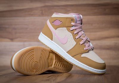lola-bunny-jordan-shoes-41.jpg