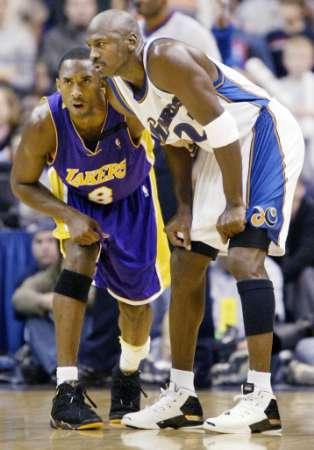 Michael Jordan wearing Jordan XVII, Kobe Bryant wearing Jordan VII Retro laker PE