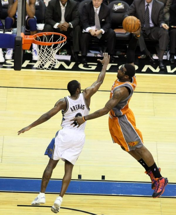 Amar'e Stoudemire in Nike Hyperize P.E. over Gilbert Arenas in adidas TS Supernatural Creator Low