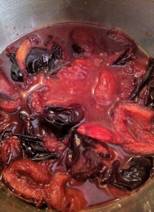 Purple of pruns cooked with spices and zests..