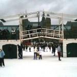 De ijsbaan op de vijver van het Museumplein