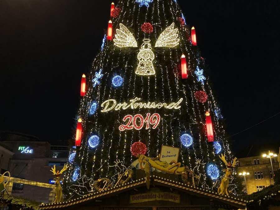 Weihnachtsbaum in Dortmund 2019 bei Nacht.