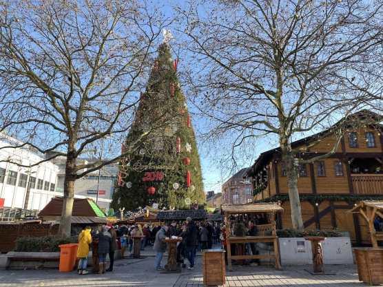 Dortmunder Weihnachtsbaum 2019 auf dem Hanseplatz, mit Glühweinhütte am rechten Rand