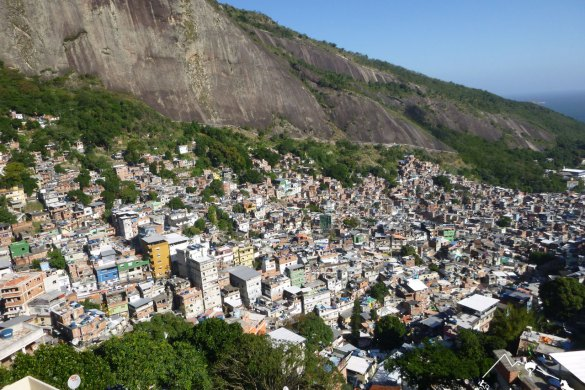 Ausblick eines Hostels in und auf die Favela Rocinha, Brasilien