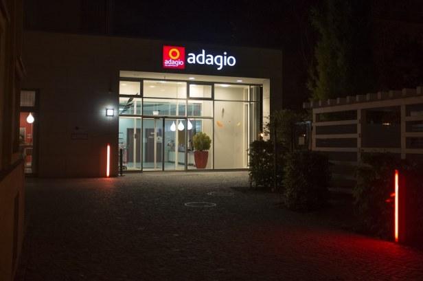 Eingang Adagio Aparthotel Berlin bei Nacht