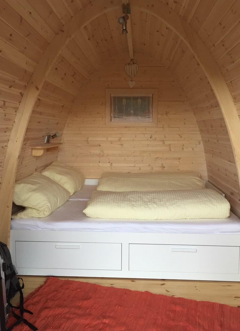 Schlafnische im Podhaus mit gemütlichen Doppelbett.