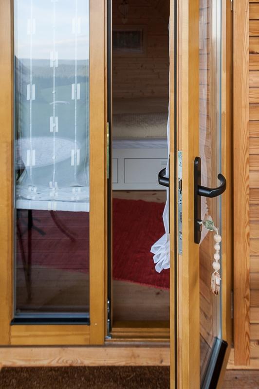 Eingang des Podhauses, eine Seite der zweiflügligen Tür geöffnet.