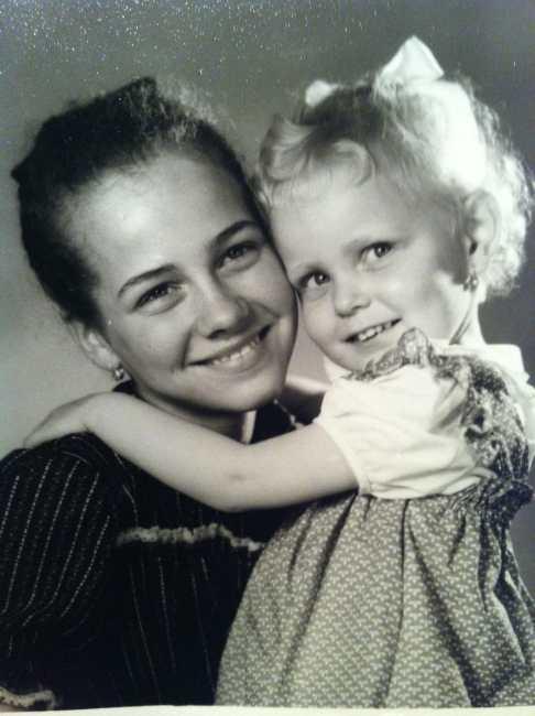 Meine große Schwester Kathleen (44) und ich (35) als wir noch jung und unschuldig waren.
