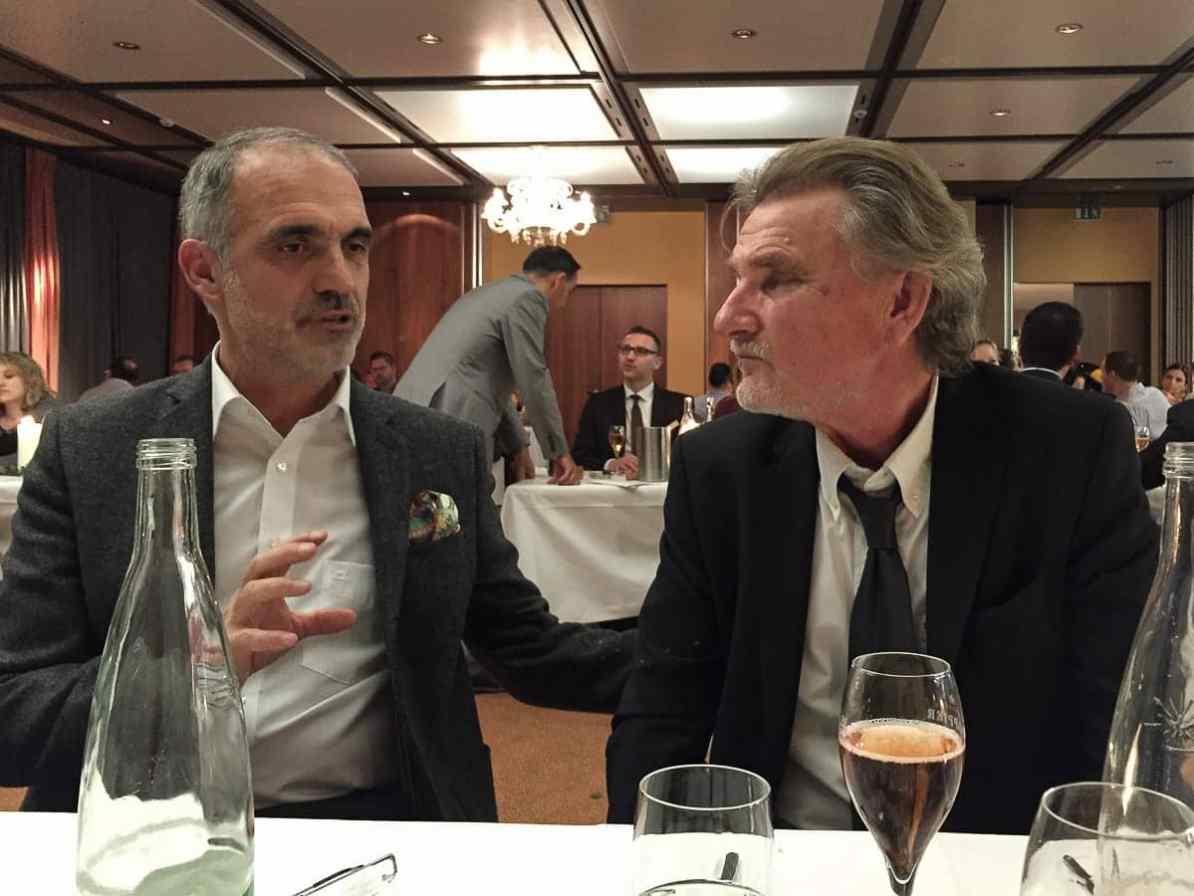 Michel Drappier (links) im Gespräch mit einem Gast während des Champagnerdinners im Seerose.