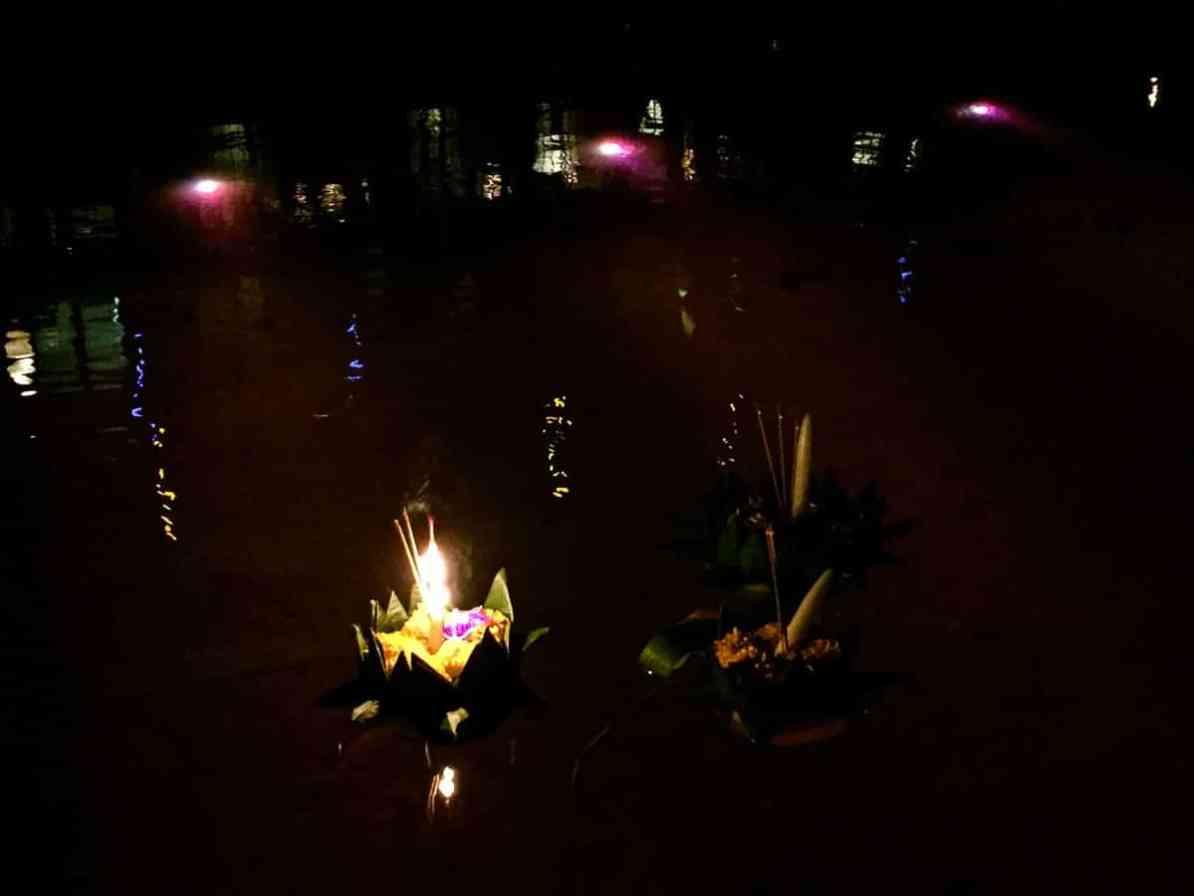 Unsere Krathongs auf dem Wasser im Pool der Seerose.