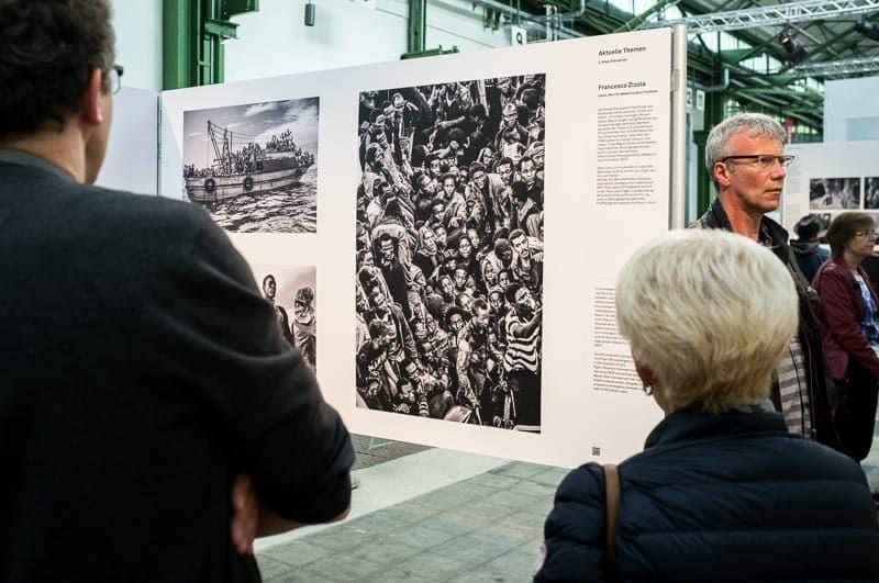 Flüchtlinge auf dem Mittelmeer in intensiven Schwarz-Weiß-Fotos, Foto: Simon Bierwald (Indeed Photography)