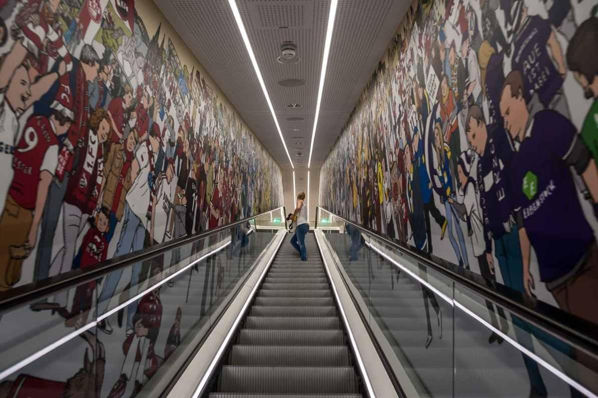 Rolltreppe mit Wimmelbild