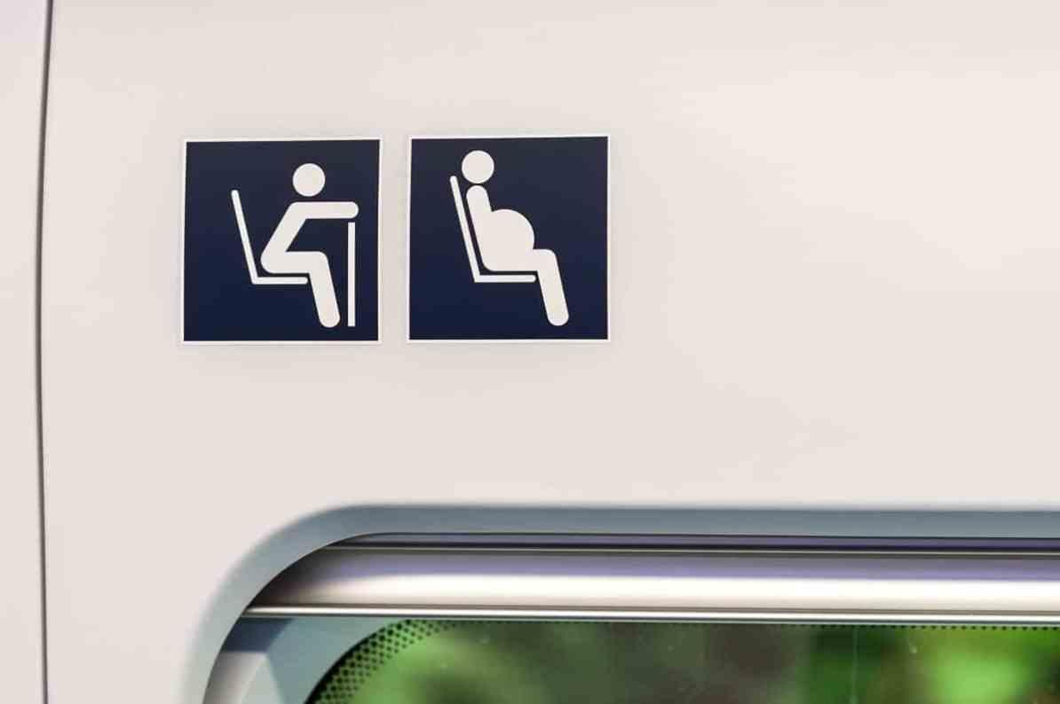 Sitzplätze für ältere, gebrechliche Menschen und Schwangere (2. Kl.)