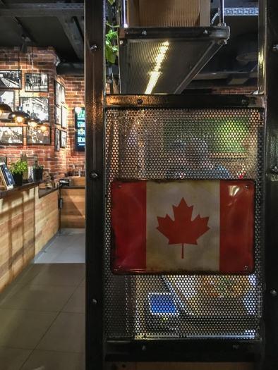 Metallregal mit Kanadabezug im Frittenwerk Köln